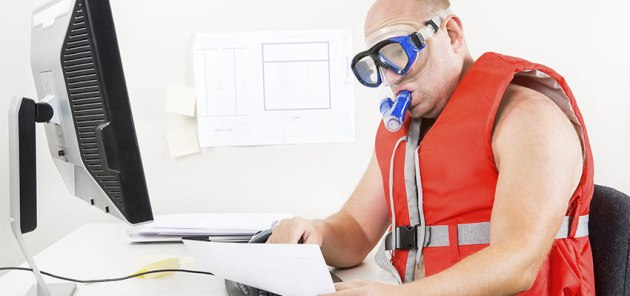 guy-snorkling-computer